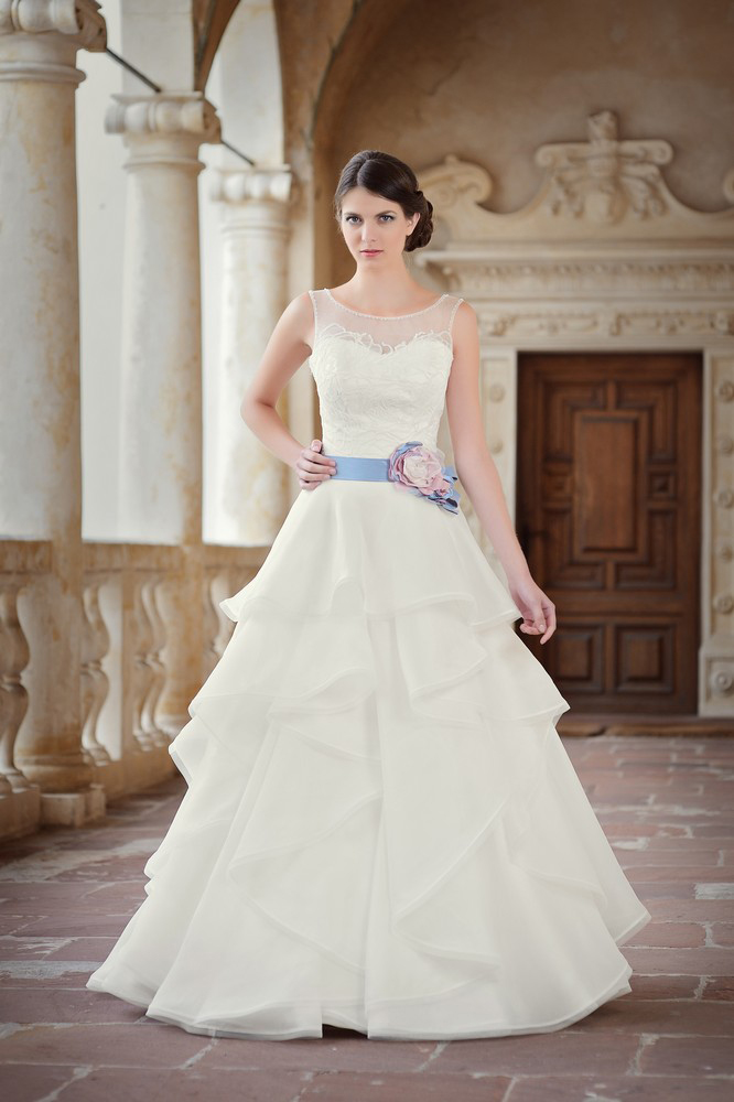 ... Romantisches Brautkleid im Lagenlook mit Brautgürtel in lila flieder