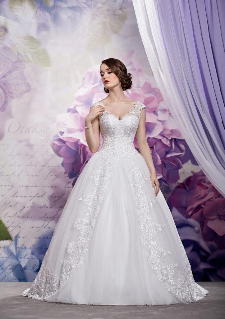 Brautkleid mit langer Schleppe