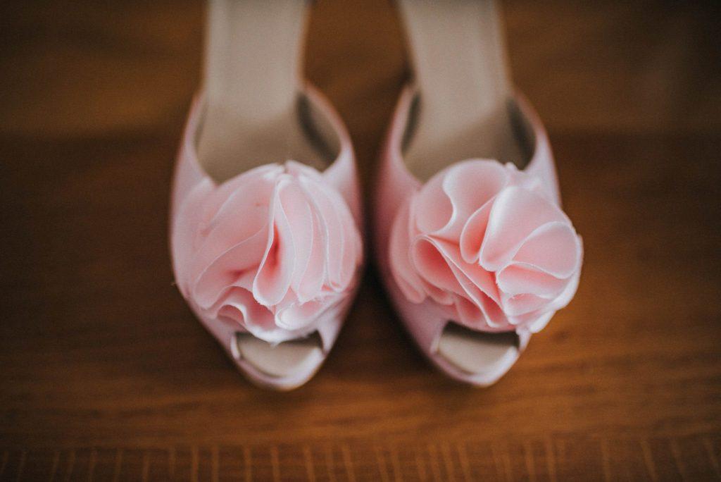 Brautschuhe mit rosa Blüten