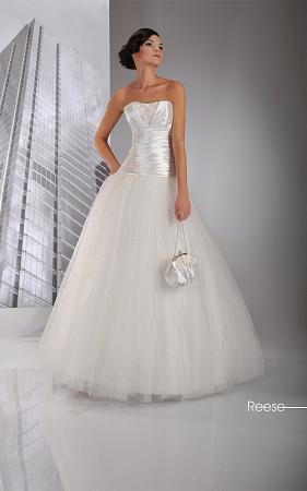 Brautkleid mit langen Ärmeln und abnehbarer Schleppe. Elegant mondän ...