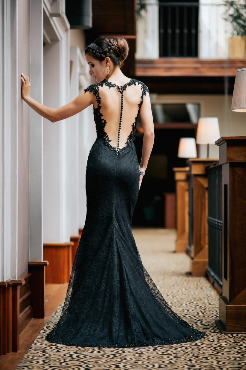 Langes Abendkleid aus schwarzer Spitze rückenfrei - Kleiderfreuden