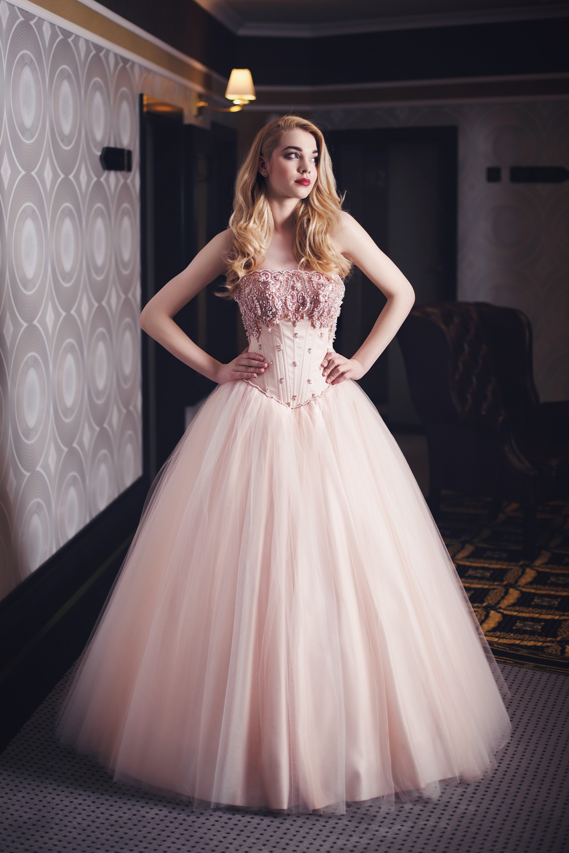 Brautkleid in rosa mit Perlen bestickt Maßanfertigung - Kleiderfreuden