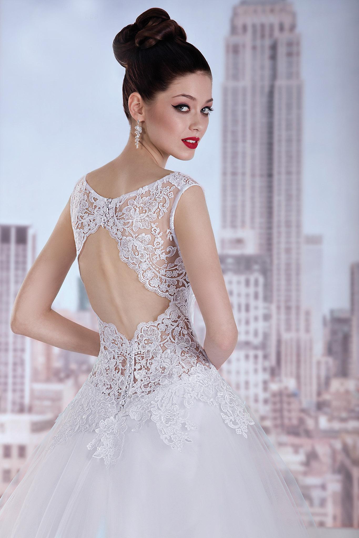 Rückenfreies Brautkleid mit viel Spitze und Tüll - Kleiderfreuden