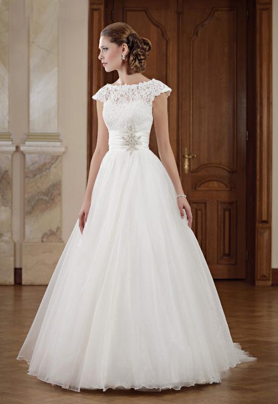 Brautkleid mit Carmenärmeln und breitem Gürtel - Kleiderfreuden