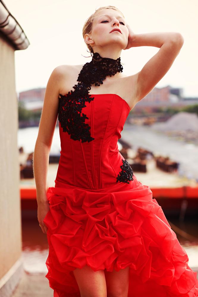 Cocktailkleid Abendkleid rot mit Halsschmuck und langer ...