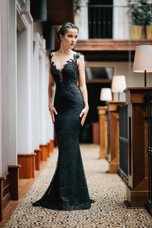 langes abendkleid aus schwarzer spitze rückenfrei