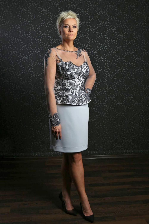 brautmutter kostüm mit langen transparenten Ärmeln grau