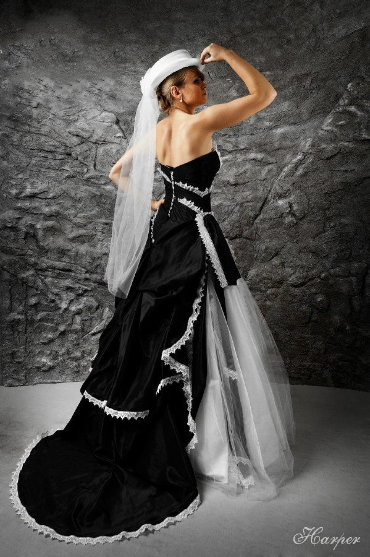Brautkleid schwarz weiß im trendigen Westernlook ...