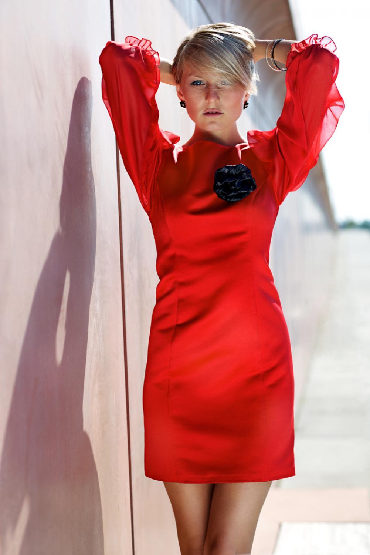 Rotes Cocktailkleid mit Ärmeln und Rückenausschnitt ...